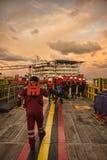 O grupo marinho prepara-se durante a chegada na barca do trabalho da acomodação imagem de stock