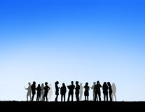 O grupo mostra em silhueta o conceito social dos trabalhos em rede fora imagens de stock royalty free