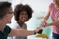 O grupo multi-étnico de jovens tem uma pausa para o almoço imagem de stock royalty free