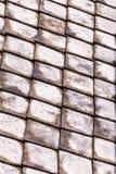 O grupo oblíquo de tradição velha de Ásia das telhas leves cinzentas resistiu à superfície com traços de corrosão imagem de stock royalty free