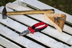 O grupo sujo de ferramentas da mão na chapa metálica oxidada velha, adiciona seu texto Fotografia de Stock