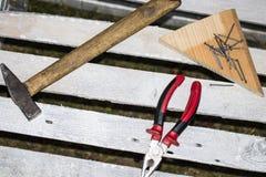 O grupo sujo de ferramentas da mão na chapa metálica oxidada velha, adiciona seu texto Fotos de Stock Royalty Free