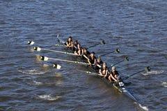 O grupo superior de Arlington compete na cabeça da juventude oito do ` s de Charles Regatta Men Foto de Stock
