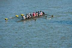 O grupo Team Rows Down Atlanta River dos homens foto de stock royalty free