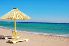 O guarda-chuva de sol branco-amarelo da praia Imagens de Stock Royalty Free