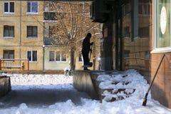 O guarda de serviço limpa a neve do anexo imagem de stock royalty free