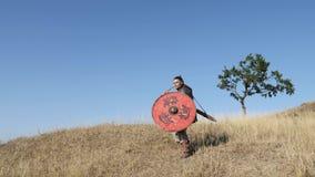 O guerreiro Viking joga uma lança na batalha Preparação para a batalha vídeos de arquivo