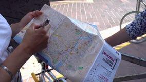 O guia turística mostra vistas no mapa do turista em agradável video estoque