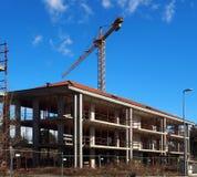 O guindaste aumenta acima de uma construção da construção Foto de Stock