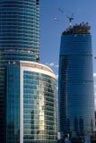 O guindaste constrói o centro de negócios Imagem de Stock Royalty Free
