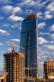 O guindaste constrói a torre do negócio Foto de Stock Royalty Free