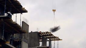 O guindaste de construção levanta o peso do formulário de construção para o endurecimento do concreto vídeos de arquivo