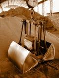 O guindaste de garra carrega matérias- primas Fotos de Stock Royalty Free