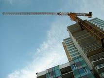 O guindaste de torre uniu à construção concreta durante a construção imagens de stock