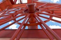 O guindaste vermelho brilhante olha surreal Fotografia de Stock