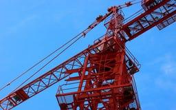 O guindaste vermelho na construção Fotos de Stock