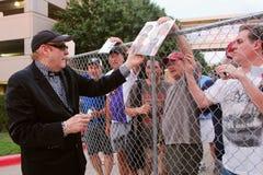O guitarrista de ligação barato Rick Nielsen do truque assina autógrafos para fãs foto de stock