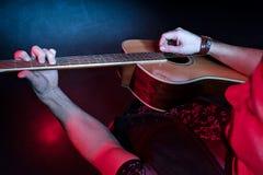 O guitarrista joga a guitarra no concerto Fotos de Stock