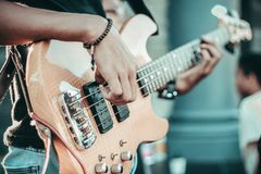 O guitarrista joga a música fotografia de stock