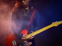 O guitarrista joga só Imagem de Stock