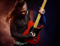 O guitarrista joga só Fotos de Stock Royalty Free
