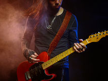 O guitarrista joga só Imagens de Stock Royalty Free