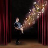 O guitarrista talentoso executa em uma fase Fotos de Stock Royalty Free