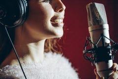 O gurl agradável positivo está indo cantar sua música favorita foto de stock royalty free