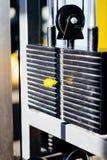 O gym da aptidão, detalhe da máquina do lote, torna mais pesado ao nível Imagens de Stock