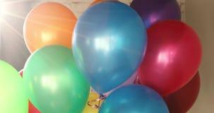 O hélio colorido do grupo balloons luz solar unfocused filme