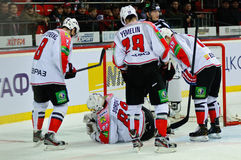 O hóquei em gelo perto da porta teams Metallurg (Novokuznetsk) Imagens de Stock Royalty Free