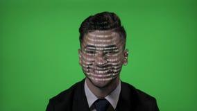 O hacker de computador masculino vestiu-se na roupa formal usando o código futurista da tecnologia e do holograma com fundo de te filme