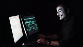 O hacker na máscara corta o programa a extorsão digital obtém o acesso à outra informação do ` s dos povos Computador video estoque