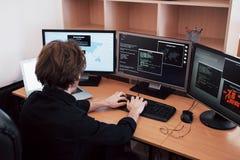 O hacker perigoso novo divide serviços governamentais transferindo dados sensíveis e ativando vírus um homem fotografia de stock royalty free