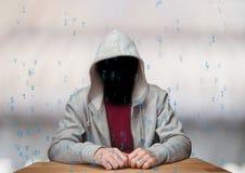 O hacker vermelho da camisa de t com para fora enfrenta no código branco do azul do whit do fundo da mesa Foto de Stock Royalty Free