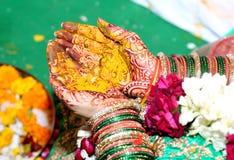O haldi hindu dos rituais no ` s da noiva entrega o phere Fotografia de Stock Royalty Free