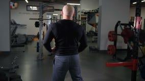 O halterofilista adulto mostra os músculos na câmera 4K Mo lento video estoque