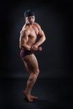 O halterofilista considerável demonstra seu corpo poderoso Imagens de Stock