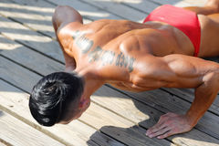 O halterofilista masculino faz impulso-UPS foto de stock royalty free