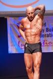 O halterofilista masculino mostra seu melhor no campeonato na fase Imagens de Stock