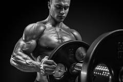 O halterofilista prepara-se para fazer exercícios com barbell imagens de stock royalty free