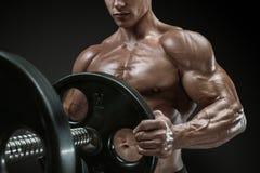 O halterofilista prepara-se para fazer exercícios com barbell fotografia de stock