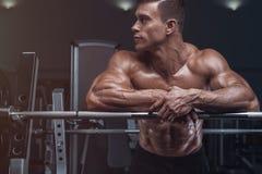 O halterofilista prepara-se para fazer exercícios com barbell imagem de stock royalty free
