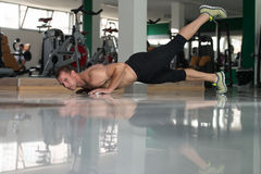 O halterofilista que fazer empurra levanta no assoalho Foto de Stock Royalty Free