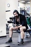 O halterofilista senta-se em um peso Foto de Stock