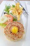 O Hamburger com microplaquetas de batata foto de stock