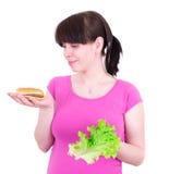 O Hamburger e a salada do wuth da mulher nova Foto de Stock Royalty Free