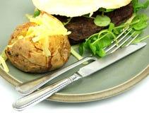 O hamburguer do vegetariano, watercress, cozeu a batata, faca Fotos de Stock Royalty Free