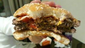 O hamburguer era mordida imagens de stock