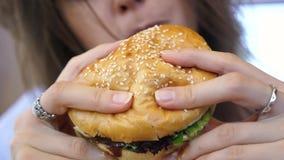 O hamburguer nas mãos fêmeas fecha-se acima do escape filme